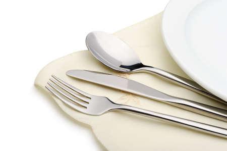 Serviette: Cuchara, tenedor y cuchillo en una mentira servilleta. Es aislados sobre un fondo blanco