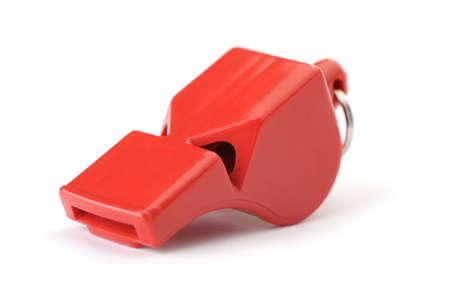 Deportes silbato de plástico rojo. Es aislados sobre un fondo blanco