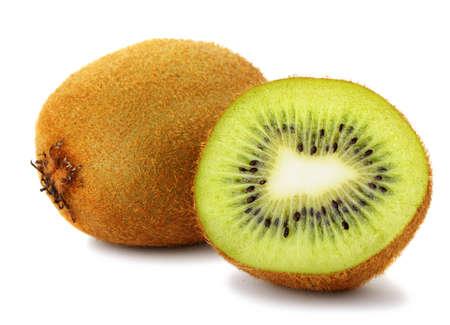 kiwi fruta: Sección de kiwi. Una foto detallada de cerca de la exótica fruta sobre un fondo blanco