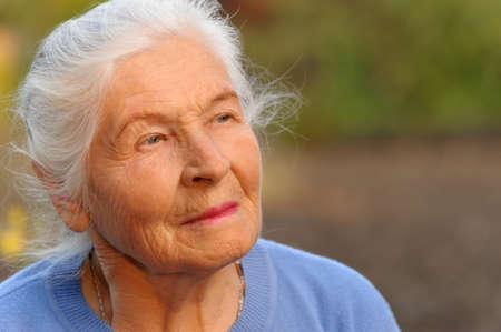 tercera edad: Retrato de la mujer mayor. Una foto en el exterior