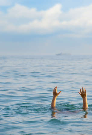 ahogandose: El hombre que se ahoga. El hombre en el agua pregunta acerca de la ayuda.