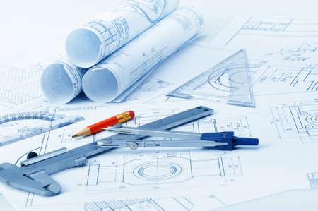 Het plan industriële details, een gradenboog, remklauw, divider en een rood potlood. Een foto close-up. Blue toning Stockfoto