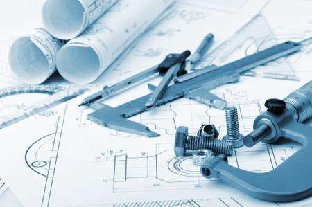 Il piano industriale, i dettagli di un viti, pinza, divisore, micrometro. Una foto primo piano. Viraggio blu