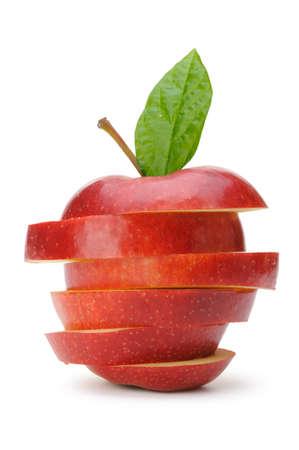 manzana roja: Manzana en rodajas secciones. Frutas aisladas sobre fondo blanco