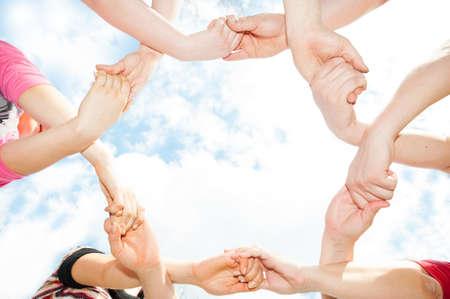 сообщество: Скрещенные руки в форме круга в небе