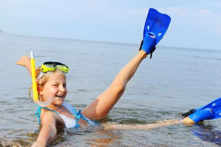 schwimmflossen: Das M�dchen am Ufer des Meeres. In einer Maske, Flossen und Schnorchel mit einem