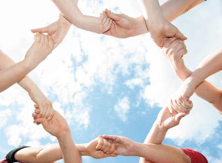 mani incrociate: Incroci� le mani a forma di un cerchio nel cielo