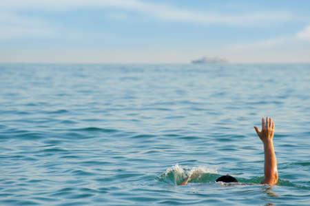 ahogarse: El hombre que se ahoga. El hombre en el agua pregunta acerca de la ayuda.
