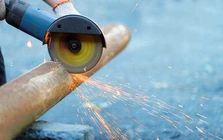molinillo: Moledora de metal de corte angular, las chispas del disco. Foto close-up