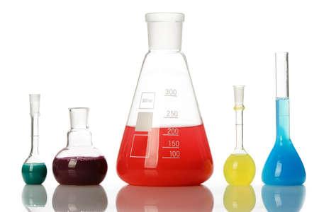 red tube: Equipo químico de vidrio con líquido de color. Aislado en blanco
