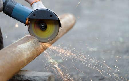 molinillo: Moledora de metal de corte angular, chispas desde el disco Foto de archivo