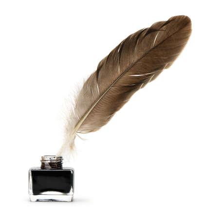 Pluma de la pluma en el tintero. Aislado en un fondo blanco.
