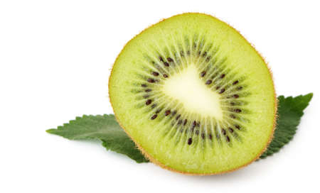 kiwi fruta: Sección kiwi. Una foto detallada de cerca de frutas exóticas sobre un fondo blanco