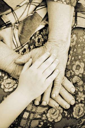 ni�os ayudando: viejo y el yang mano Foto de archivo