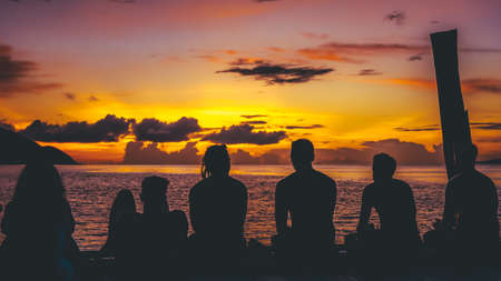 Les voyageurs, Divers refroidissement à la jetée sur le coucher du soleil, l'île Kri. Raja Ampat, en Indonésie, en Papouasie occidentale.