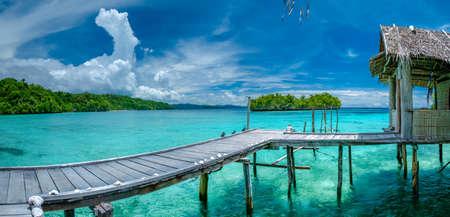일부 대나무 오두막, Kordiris 홈스테이, Palmtree 프런트, 감 섬, 서쪽 파푸아 뉴, 라자 Ampat, 인도네시아와 아름 다운 푸른 Lagoone.