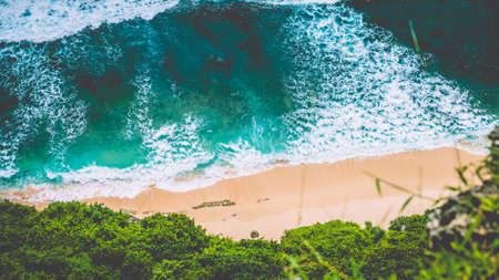 Luftaufnahme von Nunggalan Beach an Sunny Day, in der Nähe von Uluwatu, Bali, Indonesien Standard-Bild - 75523491