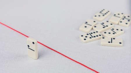 Expulsados ??del grupo, incapaz de cruzar la línea roja que los separa. Escena con el grupo de dominó. Concepto de acusación de culpabilidad persona, bulling o marginado en el equipo. fondo brillante Foto de archivo - 76081337
