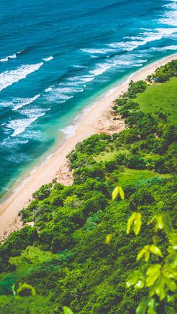 Vogelperspektive der Küste auf Nunggalan-Strand, Uluwatu, Bali, Indonesien Standard-Bild - 77538857