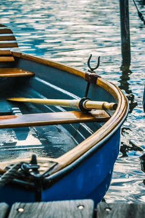 Bateau A Rames En Bois A La Jetee D Un Lac Banque D Images Et Photos Libres De Droits Image 79412286