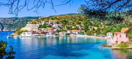 ケファロニア島、ギリシャの美しい紺碧の入り江の Assos 村。バナー
