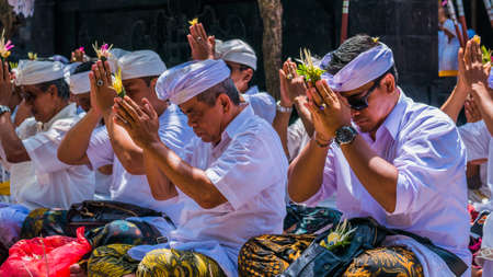 GOA LAWAH, BALI, INDONESIA - November 3, 2016: Balinese praying on ceremony at Pura Goa Lawah temple, Bali, Indonesia Stock Photo - 117051995