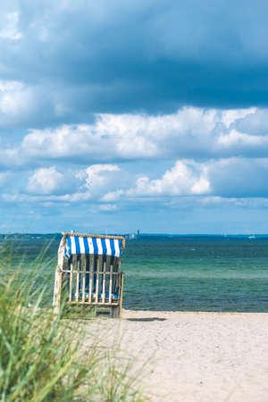 Regenwolken über Strand mit blauen Dachstühlen in Travemünde. Deutschland Standard-Bild - 97052408