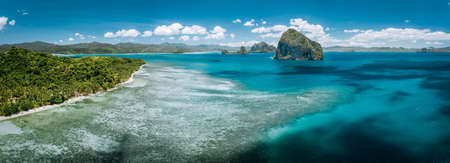 Aerial stunning panorama of turquoise sea water, magnificent limestone cliffs and tropical sea shore n El Nido, Palawan, Philippines. Stok Fotoğraf