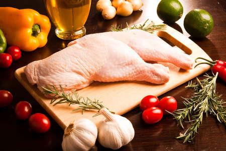 carnes y verduras: Muslo de pollo Palillo de pollo, pimiento, lima, limón, tomates cherry, ajo Foto de archivo