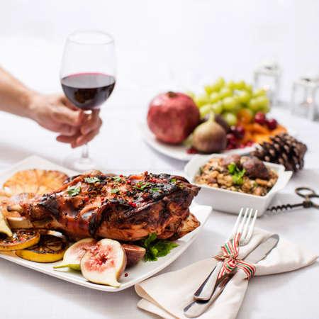 spanferkel: Haunch of gebratenes Spanferkel mit Maniokmehl, Fr�chte, Granat�pfel, Trauben und Hand Glas Wein