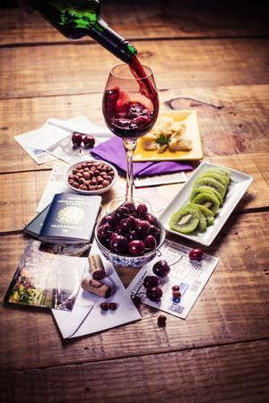kiwi fruta: El kiwi, cereza y queso con vino tinto