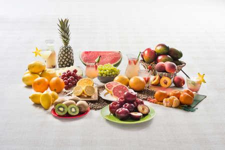 kiwi fruta: Tabla con las frutas. Naranja, kiwi, uvas, peachs, mandarina, limón, maracuyá, pomelo y ciruela