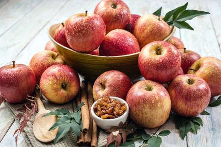 frutas secas: Manzanas en un tazón con frutos secos y canela Foto de archivo