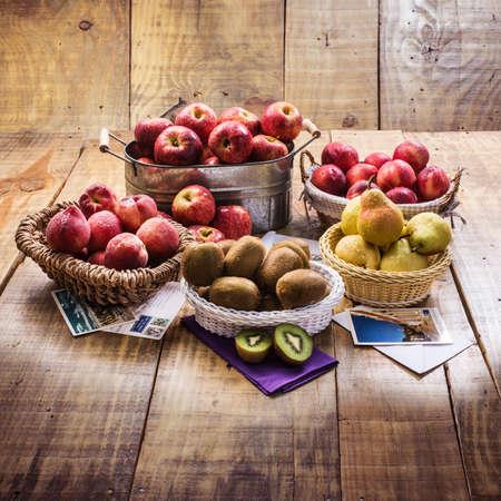 kiwi fruta: Las manzanas, las peras, peachs, kiwis y manzanas Foto de archivo