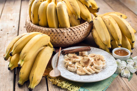 mel: Bananas in the plate with cinnamon