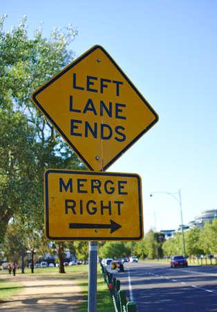Nahaufnahme von Left Lane Ends Merge Right Sign in gelber Farbe