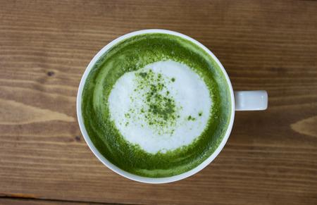 tazza di th�: Matcha green tea latte bevanda in vetro sul tavolo.