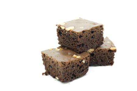 rebanada de pastel: Recién horneados brownies de chocolate nuez caseros en blanco. Foto de archivo
