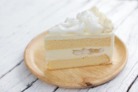 Ein Stück Kokosnuss-Kuchen auf Teller. Standard-Bild - 38180903