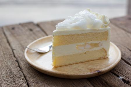 porcion de torta: un pedazo de pastel de coco en un plato. Foto de archivo