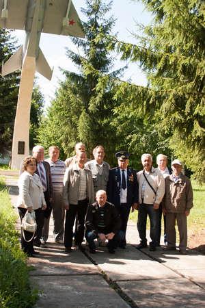 arbol de problemas: La gente toma fotos en una reunión de veteranos de la universidad de la aviación de la ciudad de Perm