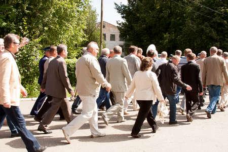 arbol de problemas: La gente va en una reunión de veteranos de la universidad de la aviación de la ciudad de Perm