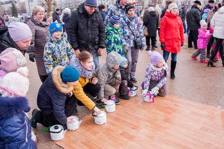 kettles: PERM, Rusia - 13 de marzo 2016: Paseo de los niños teteras sobre el linóleo, la celebración del Carnaval
