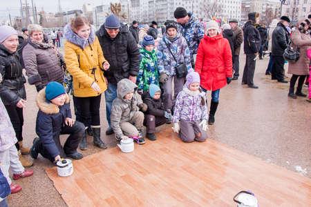 kettles: PERM, Rusia - 13 de marzo 2016: Paseo de los ni�os teteras sobre el lin�leo, la celebraci�n del Carnaval