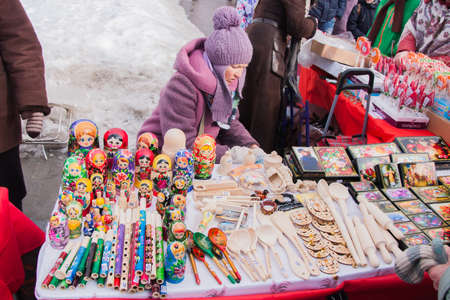 gamme de produit: PERM, RUSSIA - March 13, 2016: Trade stalls selling wooden toys and souvenirs in celebration of Maslenitsa �ditoriale