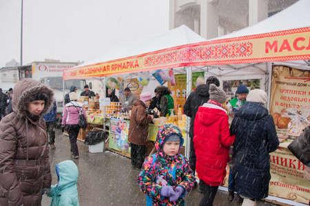 gamme de produit: PERM, RUSSIE - 13 Mars, 2016: Shoppers à Shrovetide juste dans la neige Éditoriale