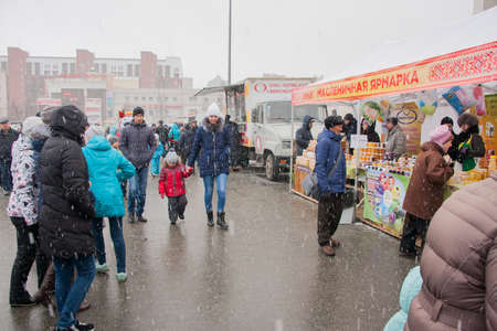 gamme de produit: PERM, RUSSIA - March 13, 2016: Shoppers at Shrovetide fair in snow �ditoriale