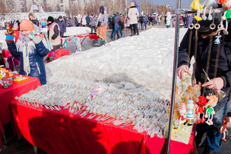 gamme de produit: PERM, RUSSIA - March 13, 2016: Trade stalls with silver spoons in celebration of Maslenitsa �ditoriale