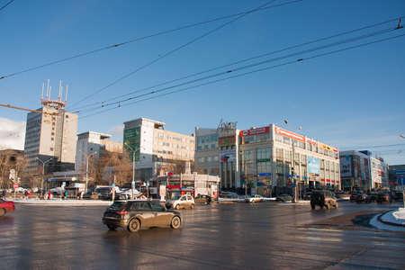 semaforo peatonal: PERM, Rusia - 13 de marzo de 2016: Cruce de Lenin y Popov, paisaje urbano