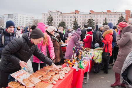 gamme de produit: PERM, RUSSIA - March 13, 2016: Trade stalls selling souvenirs and cakes at the celebration of Carnival �ditoriale